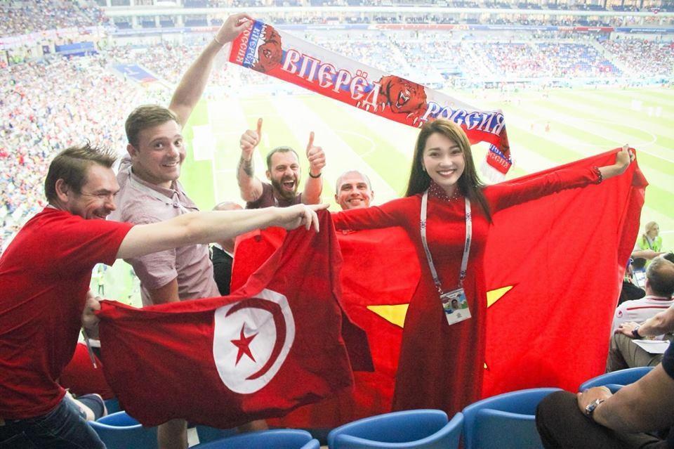Ngọc Nữ và những người bạn nước ngoài trên khán đài SVĐ tại World Cup 2018. Ảnh: NVCC