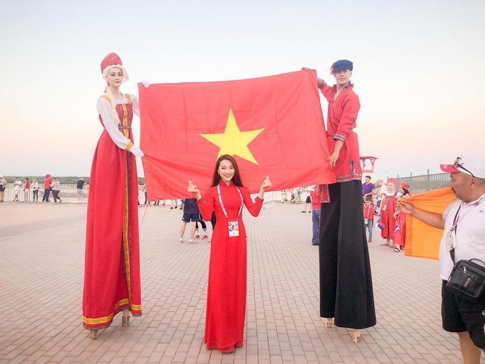 Ngọc Nữ luôn thể hiện niềm tự hào với là cờ đỏ sao vàng và trang phục truyền thống của dân tộc Việt Nam. Ảnh: NVCC
