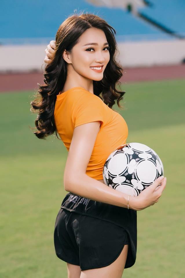 Người đẹp quê Nghệ An là fan của ĐT Brazil và cô tin Neymar cùng các đồng đội sẽ vô địch World Cup 2018. Ảnh: NVCC