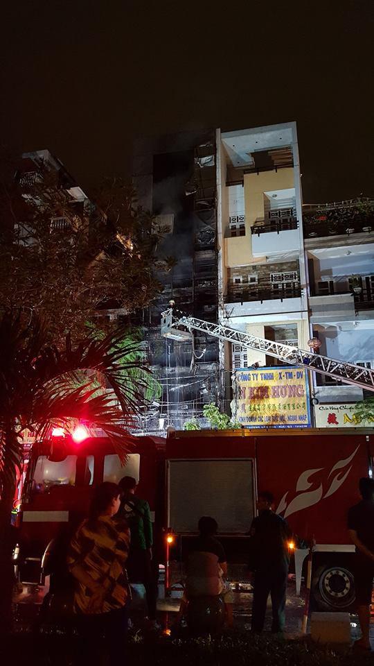 Sau 2 tiếng đồng hồ, ngọn lửa vẫn chưa thể được khống chế hoàn toàn - Ảnh: FB N.K.T