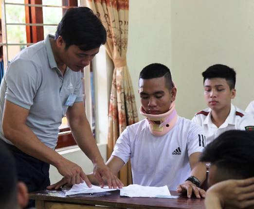 Dù vết thương còn đau nhưng Hoàng vẫn quyết tâm hoàn thành các bài thi của mình.