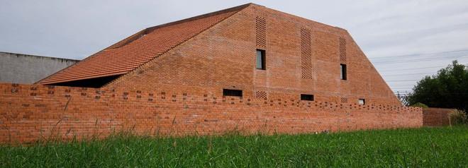 Thoạt nhìn, ngôi nhà trông giống chiếc lò gạch.