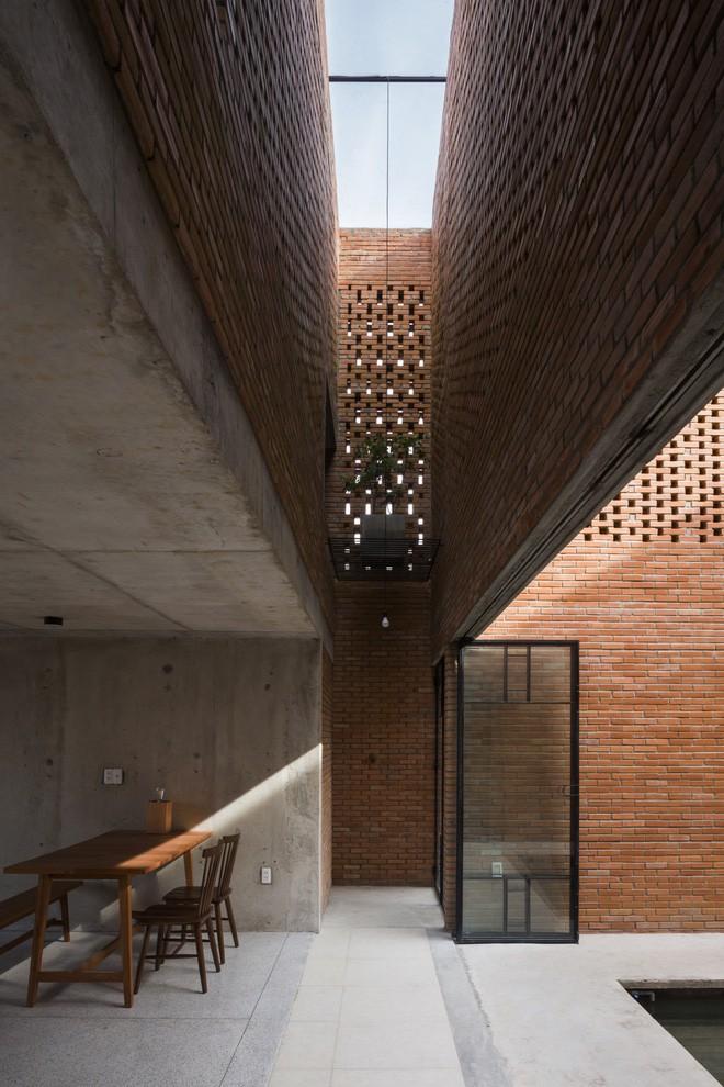 Những không gian đệm được tạo ra nhằm thực hiện việc chuyển đổi ánh sáng từ khoảng sân, phòng khách, phòng ăn và phòng ngủ.