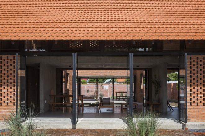 Các không gian nhìn từ mặt tiền. Mặt tiền ngôi nhà được xây bằng gạch lỗ để phù hợp với khí hậu nắng lắm, mưa nhiều của vùng nhiệt đới.