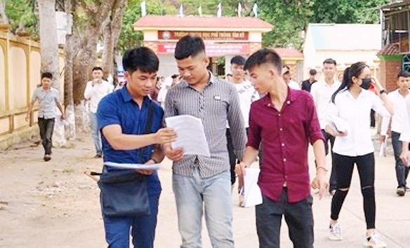 Nguyễn Văn Mão trao đổi bài làm với các bạn sau khi kết thúc môn thi.
