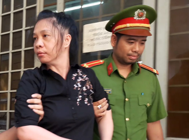 Bị cáo bị áp giải tại tòa. Ảnh: Nguyễn Diễm.