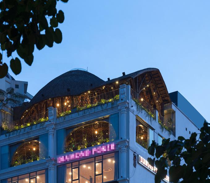 Công trình 7 tầng tọa lạc ở thành phố Vinh với mặt tiền lấy cảm hứng từ thiết kế châu Âu. Khách hàng muốn sửa tầng 7 và sân thượng để tạo thành một không gian cà phê độc đáo.
