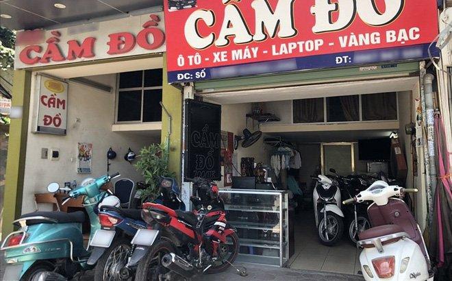 Các tiệm cầm đồ chật ních xe máy, xếp tràn cả trên vỉa hè từ tay ga đến xe số, chưa kể vô số điện thoại và laptop trong tủ kính.