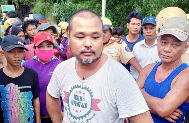 Nguyễn Văn Hùng (áo trắng) tại thời điểm bị chặn bắt. Ảnh: Công an cung cấp.