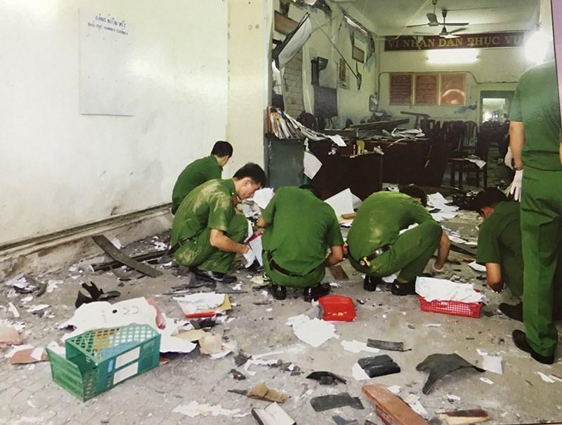 Cảnh sát khám nghiệm hiện trường vụ nổ. Ảnh chụp lại từ tư liệu công an.
