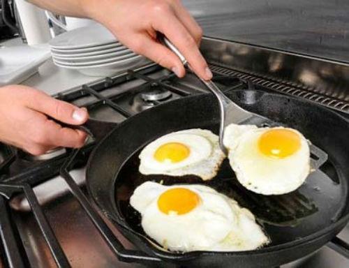 Tuyệt đối không dùng dụng cụ bằng kim loại để chiên rán thức ăn trên chảo chống dính.