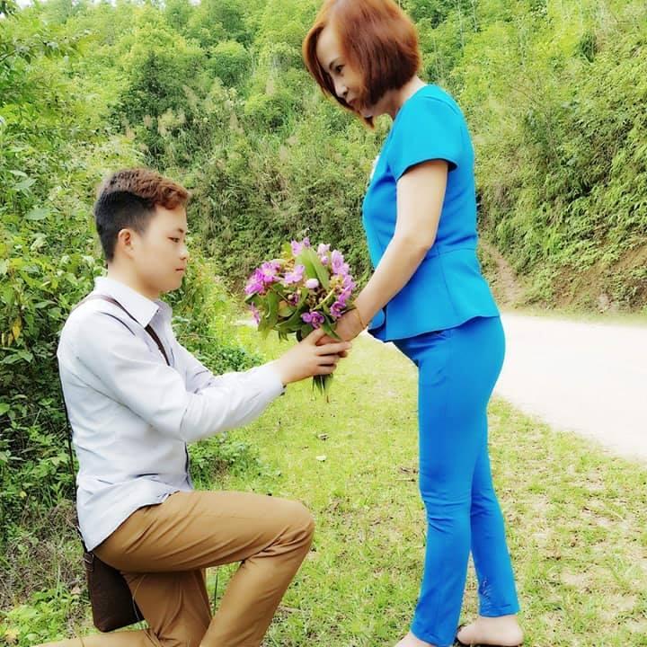 Triệu Hoa Cương cầu hôn với Thu Sao bằng hoa mua.