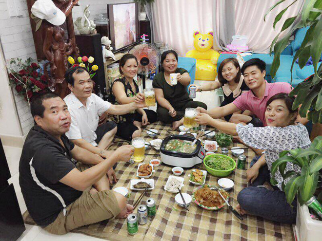 Gia đình Huyền cùng nhau ăn uống trong một lần bố Huyền vào Sài Gòn thăm con gái học tập.