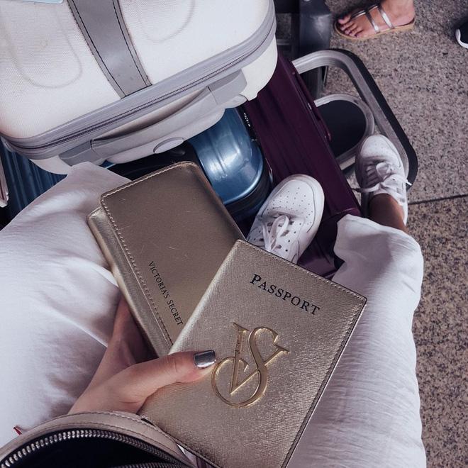 """Ví với passport """"tông xuyệt tong"""" màu vàng của Victoria"""