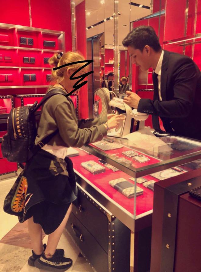 Hình ảnh Huỳnh Giao và mẹ mua túi túi Gucci 2600 đô (khoảng 60 triệu) tại Thái Lan