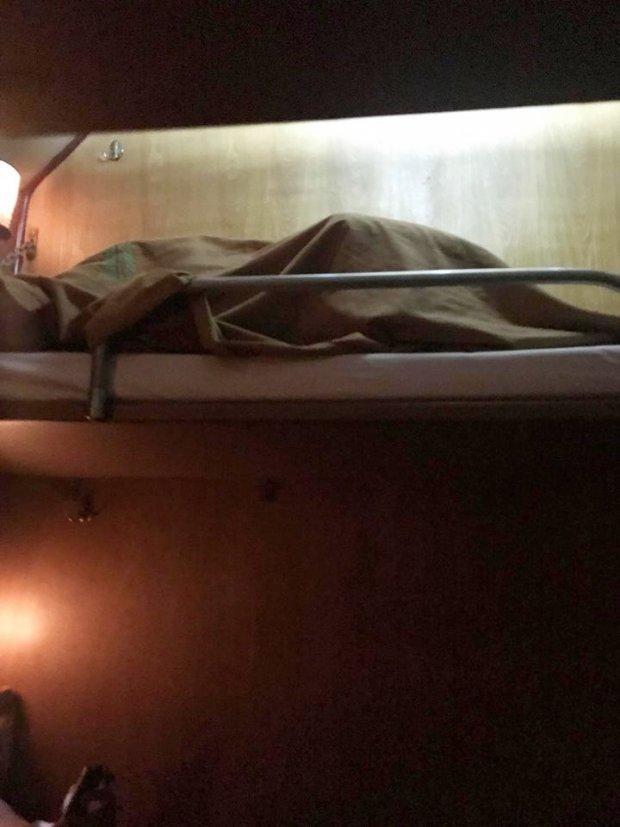 Chiếc giường mong manh bị chùng xuống do sức nặng của đôi tình nhân.