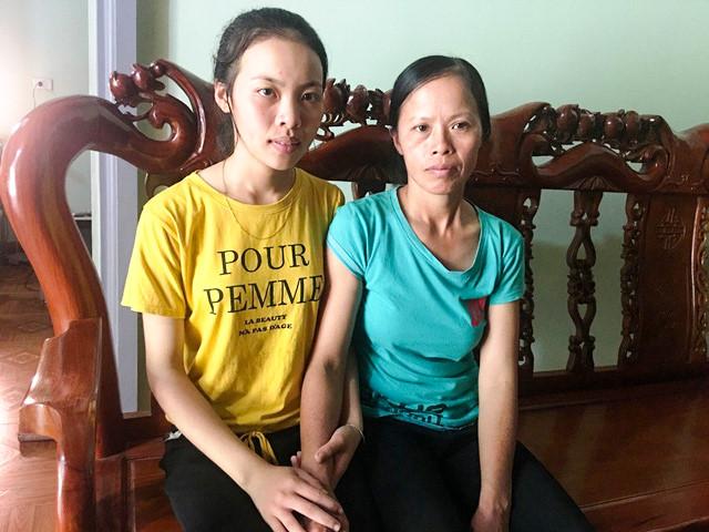 Em Phan Thị Hằng – thủ khoa môn Ngữ văn toàn quốc bên cạnh mẹ