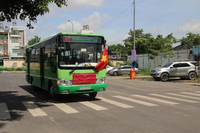 Trong chiều 10/7, có hơn 10 xe buýt thuộc tuyến 51 của HTX Đông Nam ngừng hoạt động. Ảnh: Hải Long.