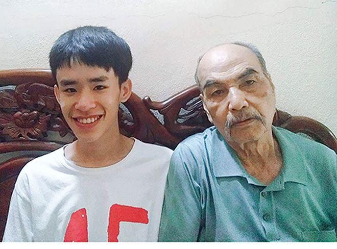 Phan Trung Kiên bên ông nội mình