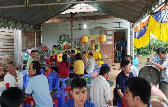 Nhiều người dân đến chia buồn gia đình nạn nhân Chinh