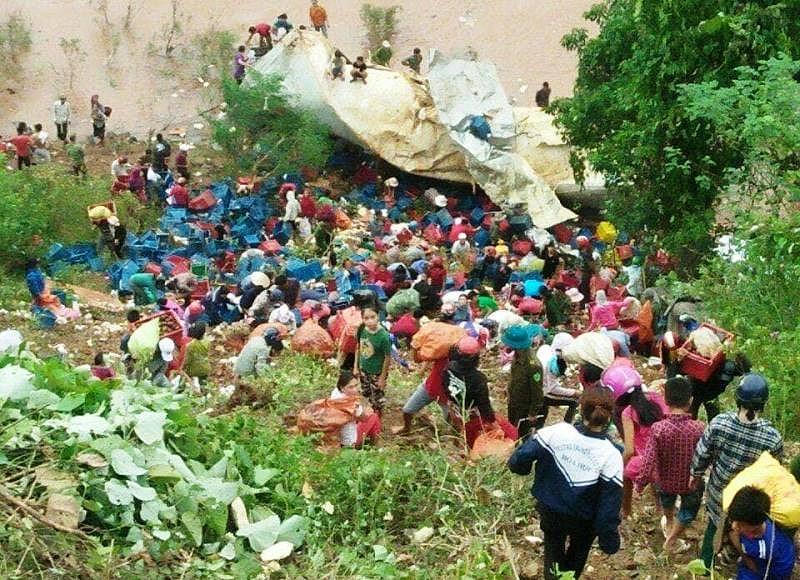 Người dân mang hoa quả từ hiện trường vụ tai nạn lên.