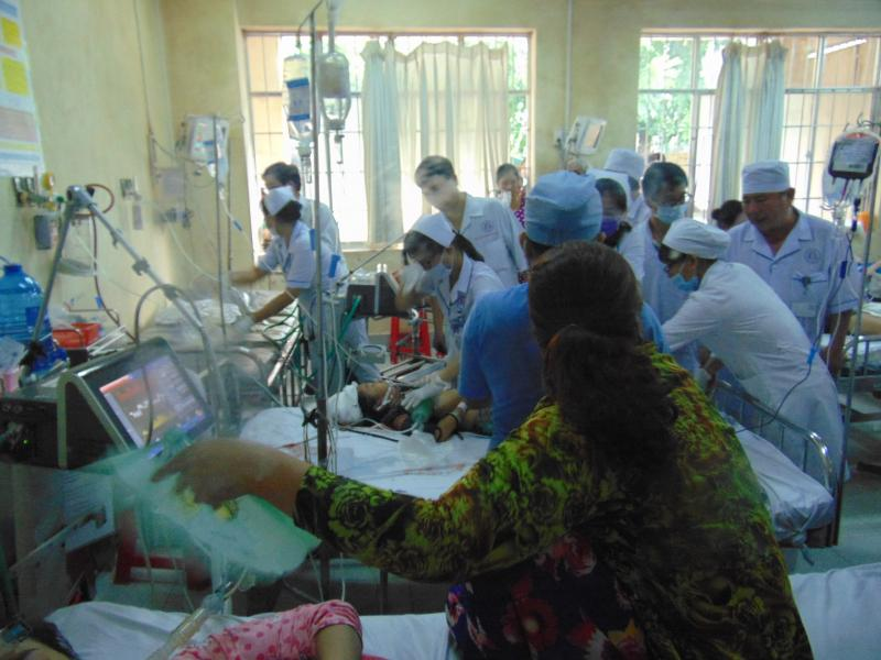 Một nạn nhân đang được cấp cứu tại Bệnh viện Đa khoa Bạc Liêu. Ảnh: GIa Minh