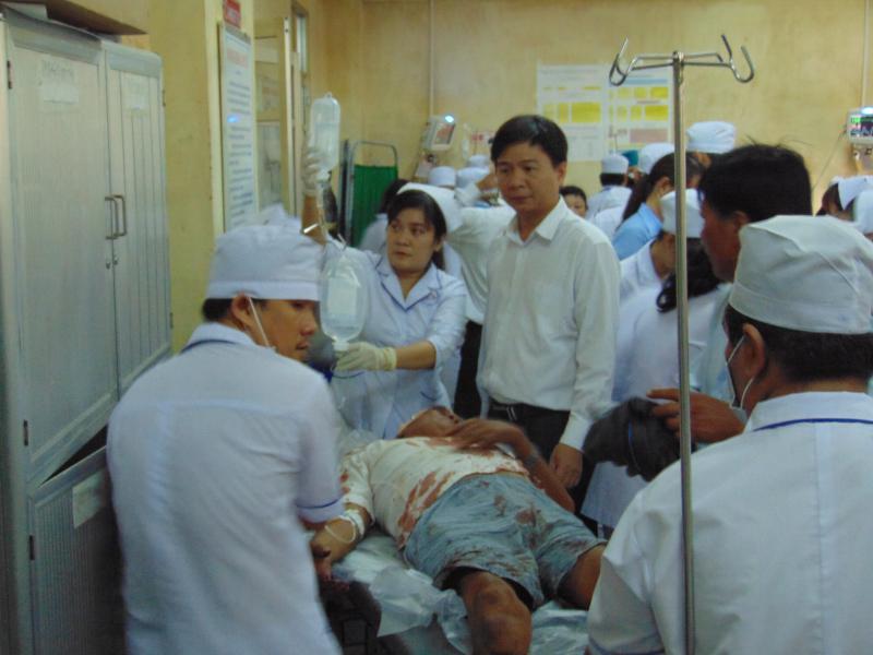 Ông Nguyễn Bình Tân, Bí thư Huyện ủy Vĩnh Lợi (Bạc Liêu) thăm hỏi nạn nhân tại Bệnh viện Đa khoa Bạc Liêu. Ảnh: Gia Minh