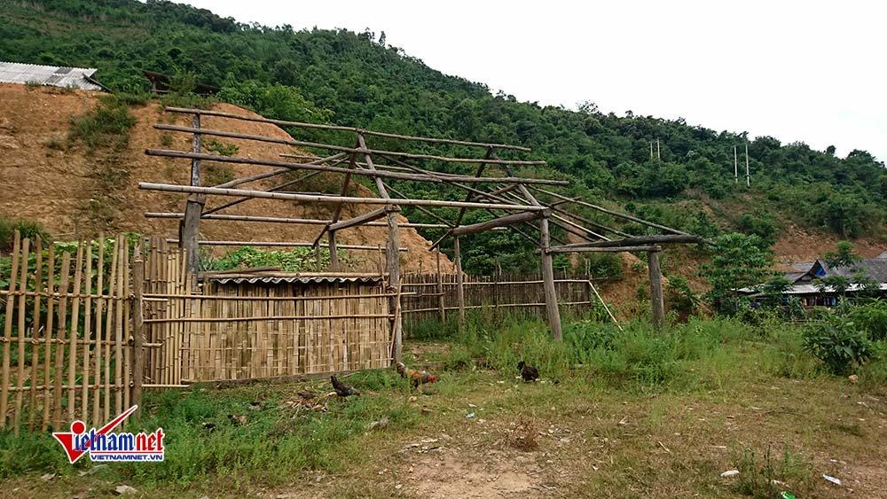 Căn nhà dựng dở của một dân bản bị bắt vì tội buôn ma túy