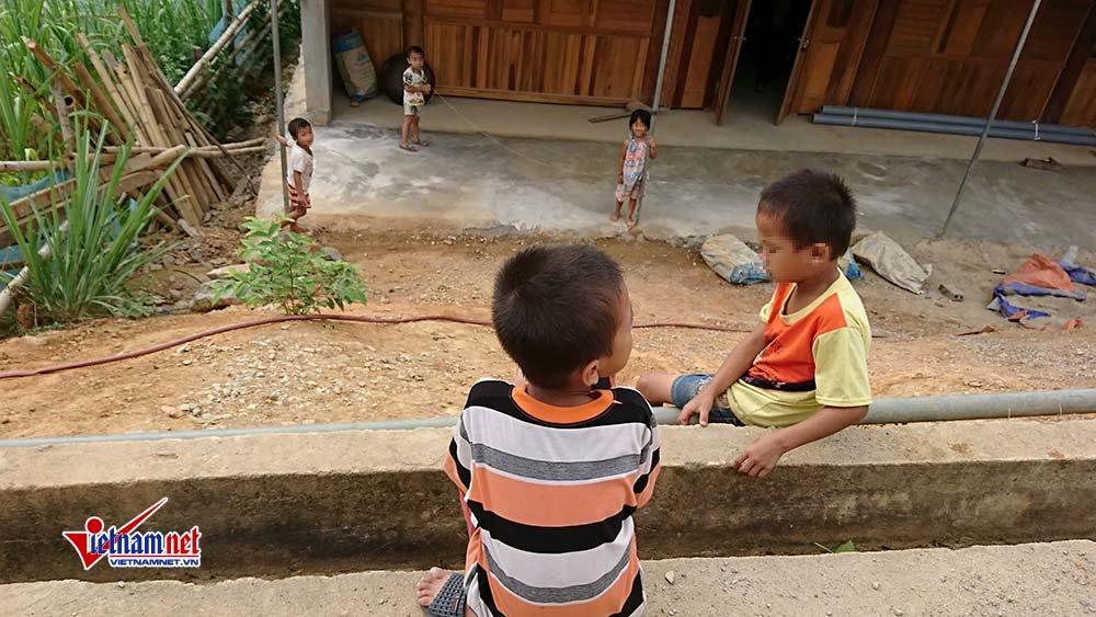 Trẻ nhỏvui chơi trong bản