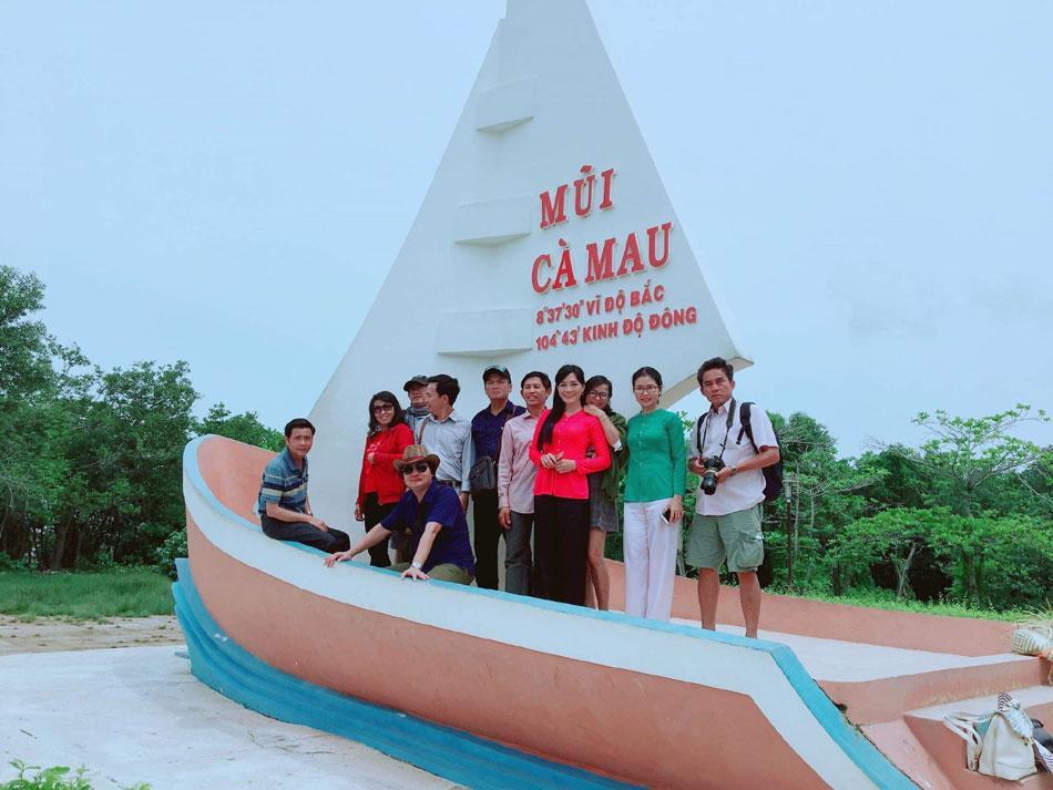 Đoàn văn nghệ sĩ Phú Yên chụp ảnh lưu niệm tại mũi tàu - Mũi Cà Mau - Ảnh: VIỆT HÀ