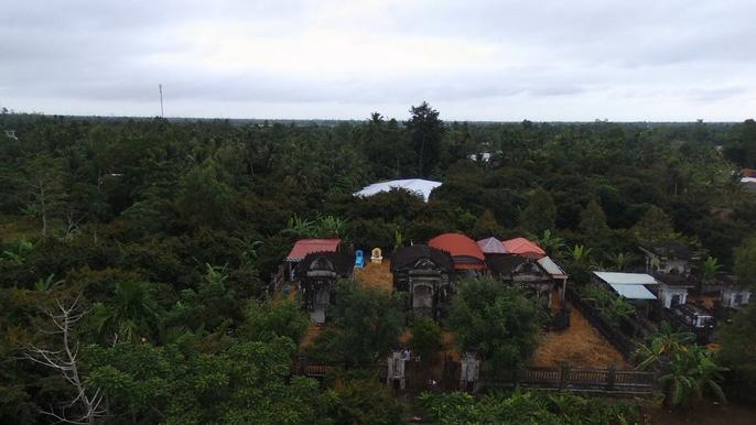 Khu mộ cổ ẩn sau vườn cây rậm rạp
