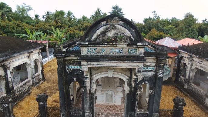 Phần mộ của ông Trần Ban Tới ở giữa