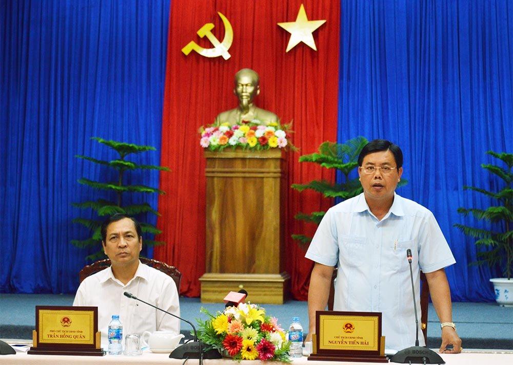 Chủ tịch UBND tỉnh Cà Mau Nguyễn Tiến Hải (đứng) phát biểu tại cuộc họp