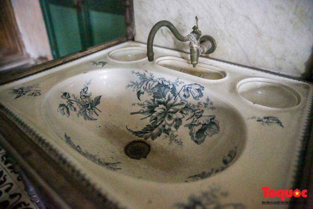 Chiếc chậu rửa mặt của Pháp nổi tiếng thời kì đó.