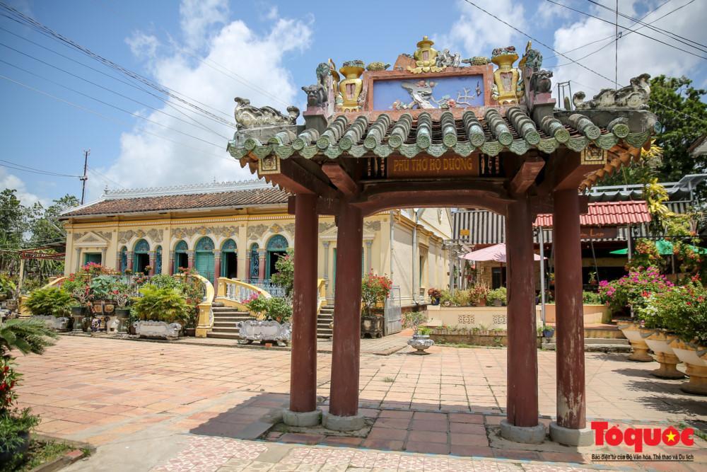 Là ngôi nhà cổ của gia đình họ Dương được xây dựng vào năm 1870 với lối kiến trúc của Pháp hiện đại.