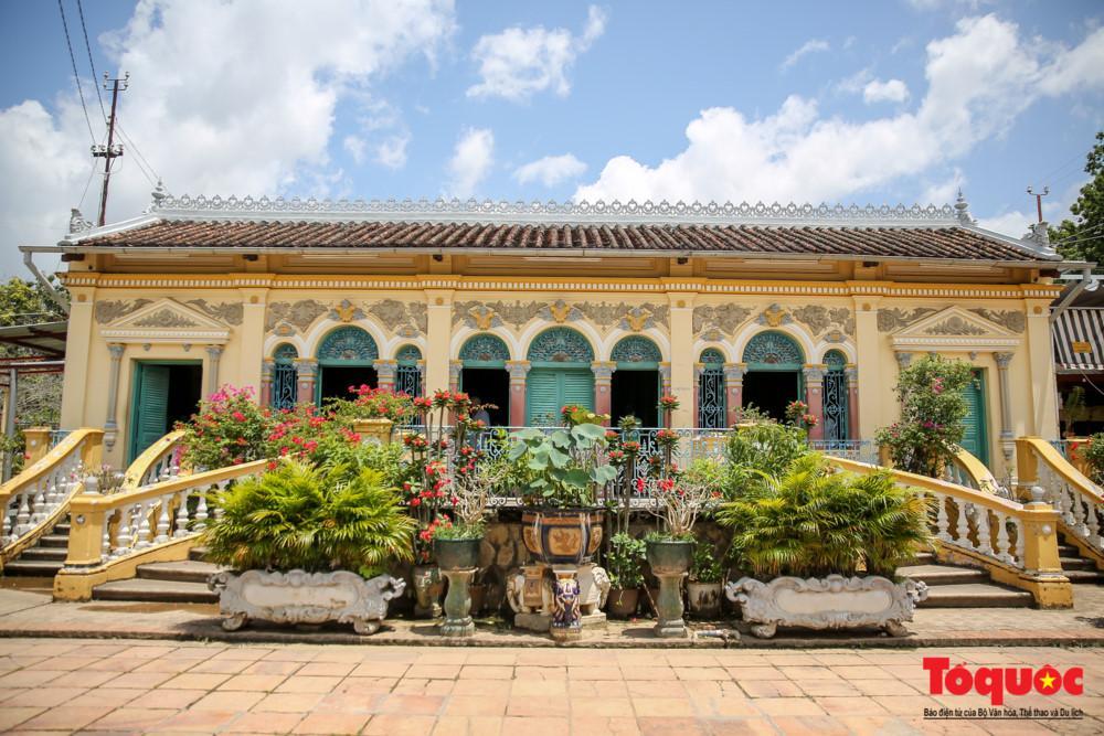 Ngôi nhà là sự kết hợp hài hòa giữa văn hóa phương Đông và phương Tây nên tạo cho nơi đây vẻ đẹp vừa hiện đại và mang nét đẹp dân tộc.