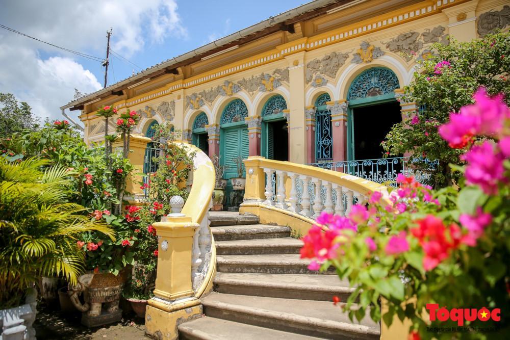 Ngôi nhà cổ được bao bọc bởi rất nhiều cây và hoa nở rộ bốn mùa làm không gian ngôi nhà vừa có nét cổ kính vừa sống động.