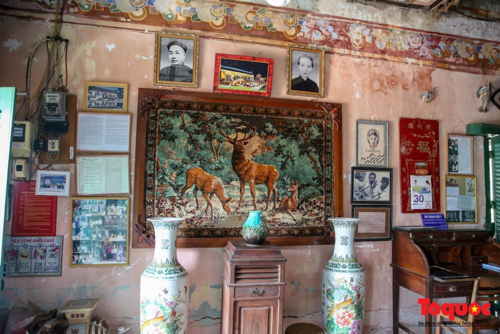 Chủ nhân ngôi nhà là ông Dương Chấn Kỷ - một thương gia trí thức giàu có. Ông rất thích tìm tòi cái mới, lạ của trào lưu Tây phương đang thịnh hành, đặc biệt trong lĩnh vực kiến trúc. Chính vì vậy, ngôi nhà của ông có sự kết hợp hài hòa giữa hai nền văn hóa Đông - Tây.