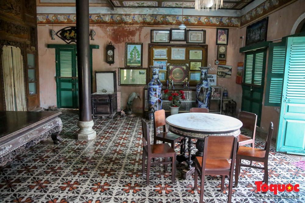 Nhà trước có 5 gian dùng làm nơi tiếp khách trong các nghi lễ quan trọng, trang trí theo phong cách Tây Âu. Nền nhà được lát gạch hoa nhập từ Pháp, đóng trần Plafond, trang trí hoa văn...