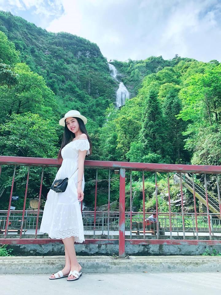 Xuất hiện qua những bức hình trên trang cá nhân, 9X quê Kiên Giang thường diện trang phục nữ tính, trẻ trung. Cô cũng trung thành với mái tóc thẳng, suôn dài.