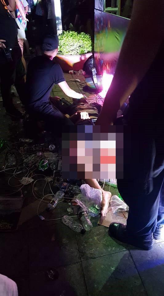 1 số hình ảnh được ghi lại tại hiện trường vụ việc. Theo thông tin thì trong quá trình diễn ra buổi biểu diễn đã có nhiều bạn trẻ bị ngất.