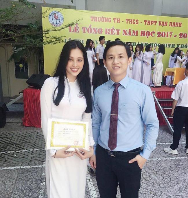 Tiểu Vy chụp ảnh cùng thầy giáo trong lễ tốt nghiệp.