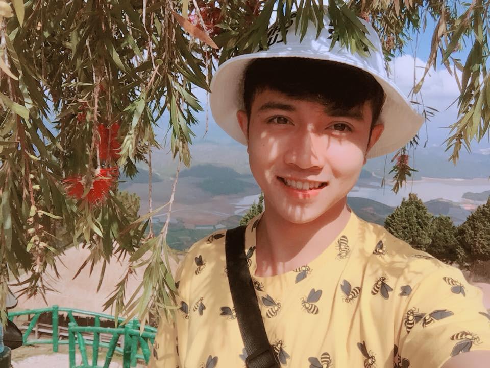 Nụ cười tươi tắn cũng là một trong những nét riêng, cuốn hút của chàng trai 19 tuổi.