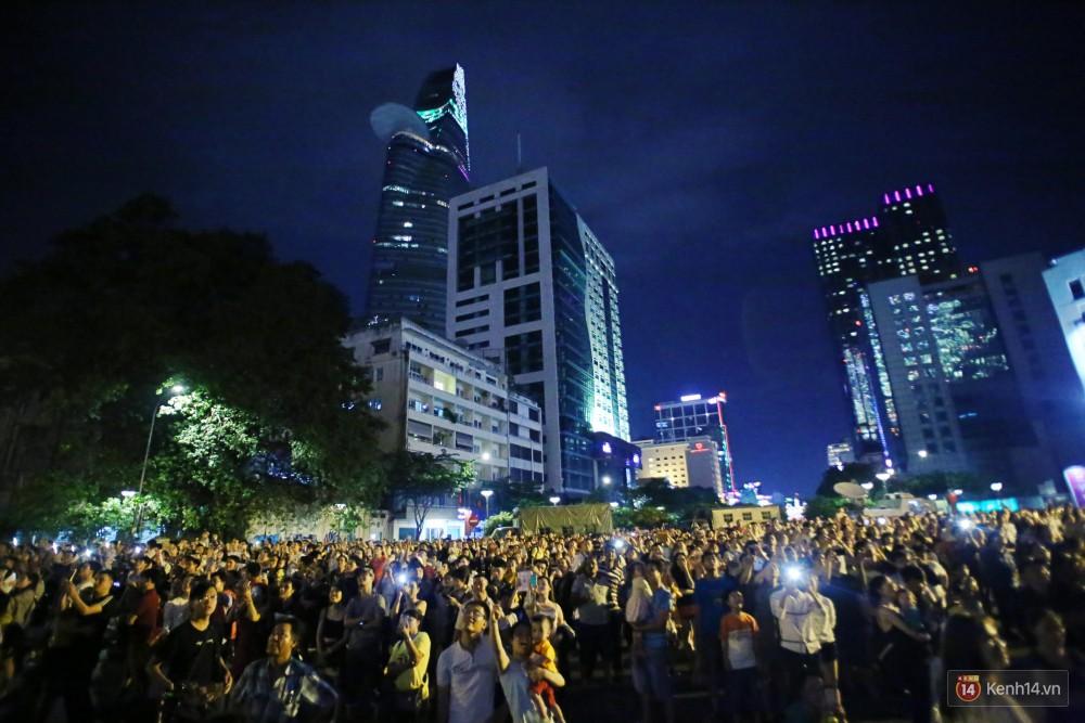 Người dân xem pháo hoa trên phố đi bộ Nguyễn Huệ tối ngày 2/9.