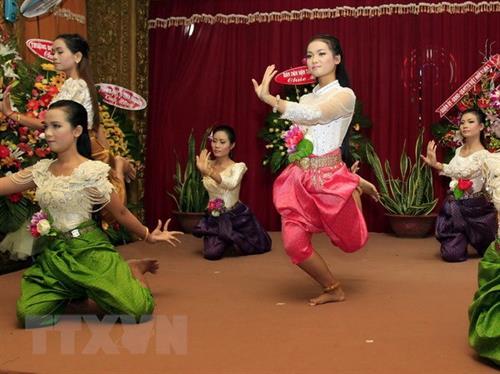 Tiết mục múa cổ truyền của người Khmer mừng Tết Sene Dolta. Ảnh: Thế Anh - TTXVN