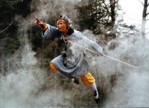 Hình ảnh Tôn Ngộ Không thần thông quảng đại tinh thông 72 phép thuật khiến khán giả mê đắm. Thực tế, Lục Tiểu Linh Đồng để có những cú nhảy phi thân đều phải giẫm trên đệm lò xo.