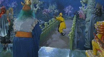 Những cảnh ở long cung trong Tây du ký với nhiều màu sắc và bong bóng luôn gây thắc mắc với khán giả. Thực ra, cảnh phim này được thực hiện nhờ bể cá. Đoàn phim đặt camera trước một bể cá lớn. Các diễn viên tham gia cảnh quay sát bể cá để tạo ra hình ảnh long cung tráng lệ.