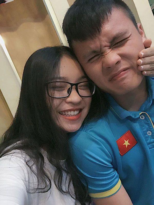 Nhật Lệ thân mật bên bạn trai - cầu thủ Quang Hải.