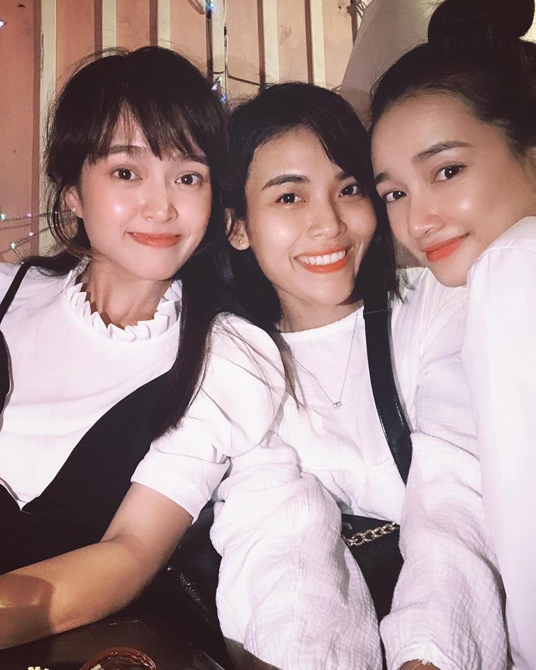 Nhã Phương xuất hiện cùng hội bạn thân trong buổi gặp mặt tân niên.