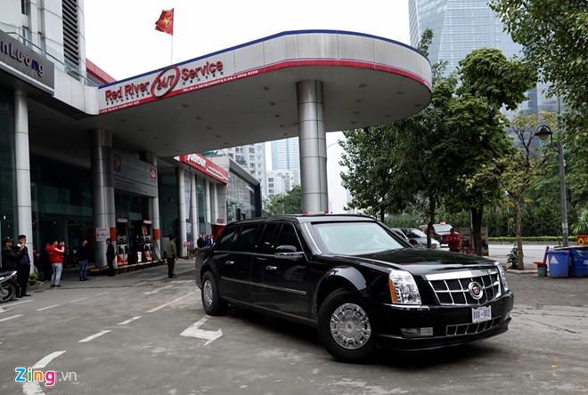 Đoàn xe rời cây xăng và tiếp tục di chuyển về khách sạn. Ảnh: Thuận Thắng.